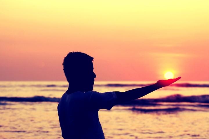 sun-in-hand-693382_1280