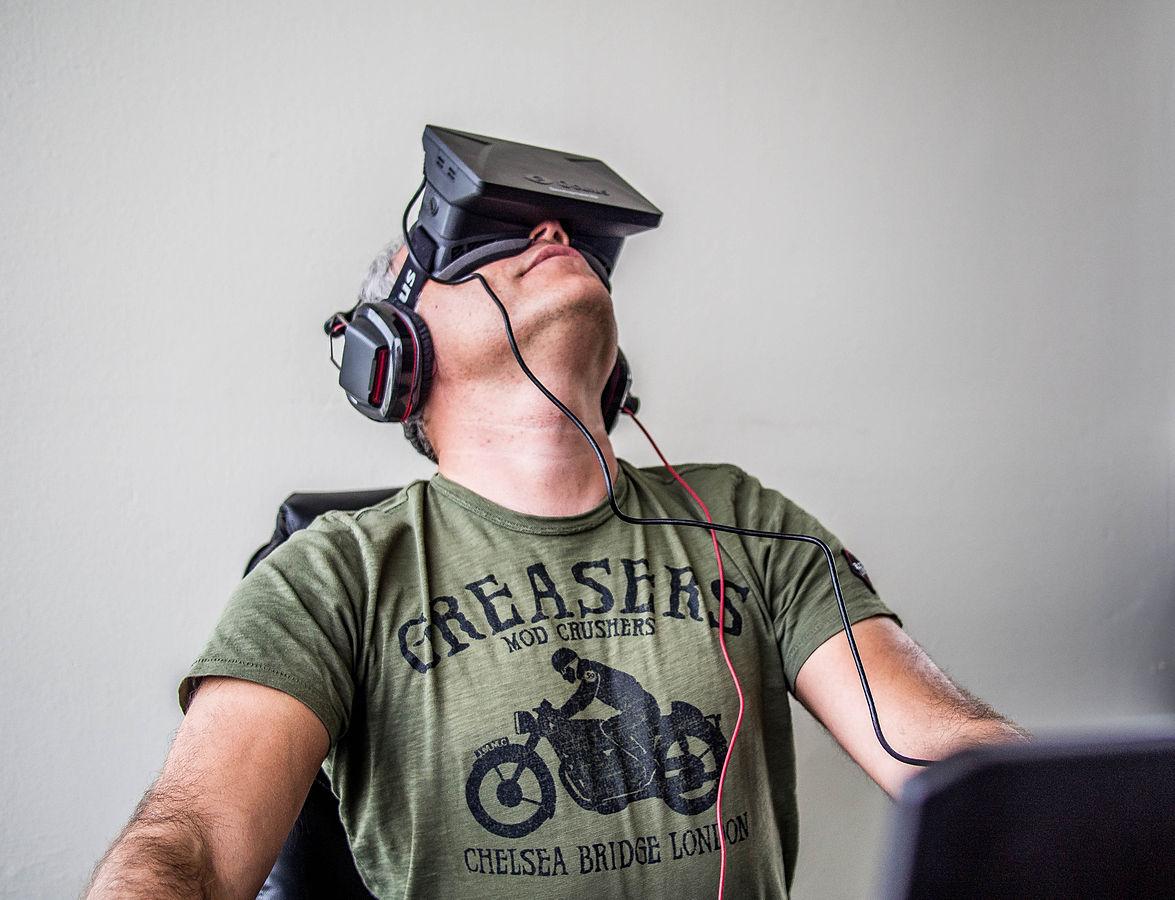 1175px-Orlovsky_and_Oculus_Rift